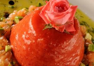 Brie Restô Chef Eliane Carvalho Aspic de Tomate com Tartare de Salmão ao vinagrete com água de rosas